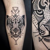 Tatuaggio di gamba di inchiostro nero della testa di tigre con figure geometriche