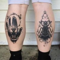 Inchiostro nero di medie dimensioni dipinto da Michael J Kelly con le gambe tatuate di mano umana e bug con denti di leone