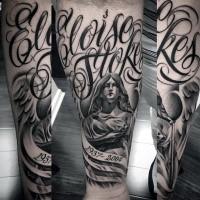 Schwarzes Gedenk Unterarm Tattoo von Engel Statue mit Schriftzug und Datum
