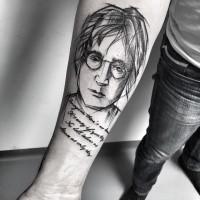 Inchiostro nero dipinto da Inez Janiak tatuaggio commemorativo del ritratto di Lennon con scritte