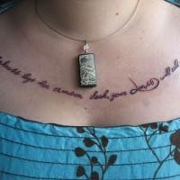 Tatuaje en el pecho,  inscripción larga con letra pequeña