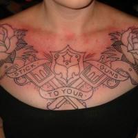 linee nere pistole e rose tatuaggio sul petto di ragazza