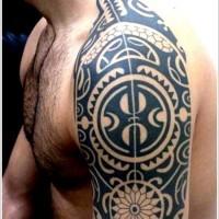 maori tribale nero tatuaggio sulla spalla