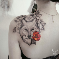 Black outline style scapular tattoo of wolf holding colored flower by Zihwa