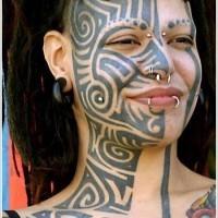 nero disegno polinesiano su meta faccia tatuaggio per ragazza