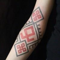 inchiostro rosso  nero punto croce avambraccio tatuaggio
