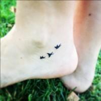 piccoli uccelli neri tatuaggio su piede