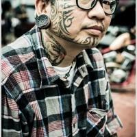 tribale nero su faccia tatuaggio