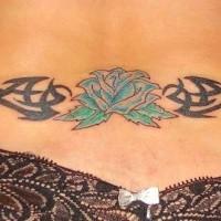 tribale nero con fiore blu tatuaggio su parte bassa di schiena