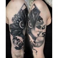 Tatuaggio del braccio superiore in stile moderno blackwork con ritratto di animale con teschio di Michael J Kelly