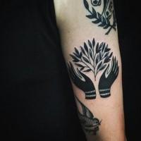 Blackwork Stil Arm Tattoo von menschlichen Händen und Baumzweig