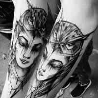 Mujer de estilo Blackwork con búho pintado por Inez Janiak tatuaje en el brazo