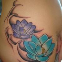 blu e viola fiori loto tatuaggio
