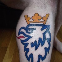 bel grifone blu con corona dorata tatuaggio su gamba uomo