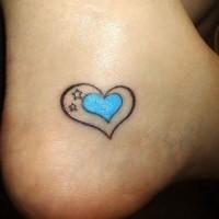 piccolo cuore blu con stelline tatuaggio su caviglia