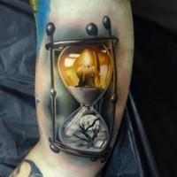 Tatuaje interesante en el brazo, reloj de arena con vela y árbol