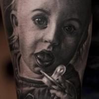 Tatuaje en el brazo, retrato muy realista negro blanco de niño querido