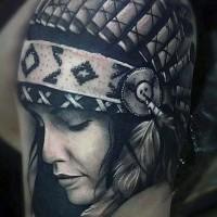 Atemberaubendes sehr detailliertes farbiges Schulter Tattoo mit netter indianischer Frau wie echtes Foto