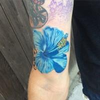 Tatuaje en el brazo, hibisco azul brillante realista