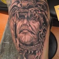Brilliantes detailliertes farbiges Bizeps Tattoo mit Porträt des aztekischen Shamans