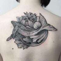 Brillianter natürlich aussehender Wal mit Blumen Tattoo am Rücken