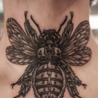 brillante dipinto grande nero e bianco insetto dettagliato tatuaggio su collo