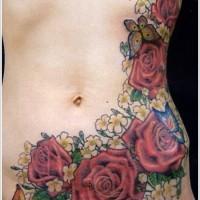 brillante dipinto massiccio multicolore fiori colorati con farfalla tatuaggio su vita