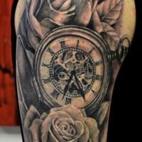 Tatuaje en el hombro, reloj mecánico entre rosas