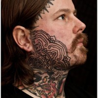 Tattoo Design mit buddhistischem Muster auf dem Gesicht
