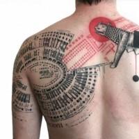Käfer farbiges im Photoshop Stil Tattoo an der Schulter und Rücken