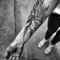 Cartone animato come inchiostro nero dipinto da Inez Janiak tatuaggio avambraccio di donna indiana