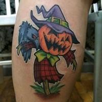 cartone animato colorato divertente spaventapasseri tatuaggio su gamba