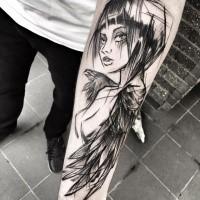 Inchiostro nero stile cartone animato dipinto da Inez Janiak tatuaggio avambraccio di donna seducente