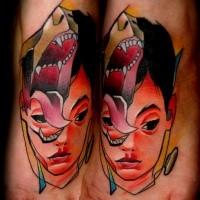 Cartoon Stil farbiger Jungen mit Affenkopf Tattoo am Fuß