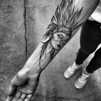 Stile cartoon dipinto da Inez Janiak tatuaggio avambraccio indiano donna con elmo