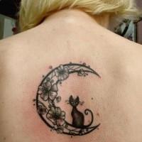 Tatuaggio sulla schiena il gattino nero sulla luna