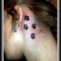 Tatuaggio delicato sulla gola le tracce del gatto