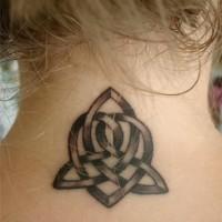 celtico nodo tatuaggio sulla nuca per ragazza