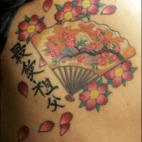 Tatuaje de abanico con flores y jeroglíficos