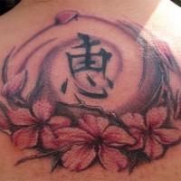 Tatuaje en la espalda, jeroglífico con flores