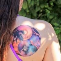 Kreisgeformtes farbiges Schulter Tattoo des Nachthimmels und Palme