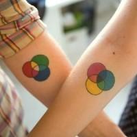 bei cerchi colorati amicizia tatuaggio su braccia