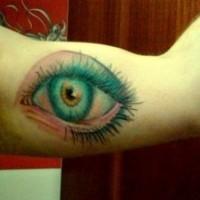 Tatuaggio colorato sul braccio l'occhio truccato