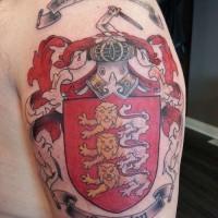 colorata stemma di famiglia con motto e leoni tatuaggio sulla spalla