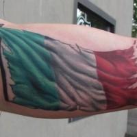bandiera colorata di italia tatuaggio sul braccio