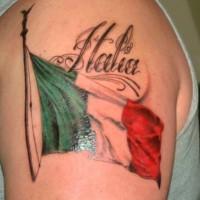 bandiera colorata di italia tatuaggio sulla spalla