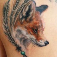 testa di volpe colorata e fascino piume tatuaggio