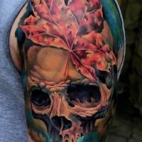 cranio colorato e foglio di acero tatuaggio mezza manica