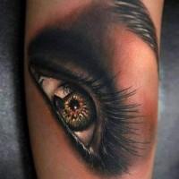 Tatuaggio bello sul braccio l'occhio umano