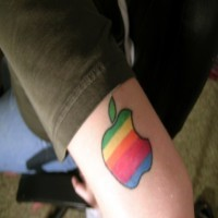 apple colorata ad arcobaleno disadattato tatuaggio